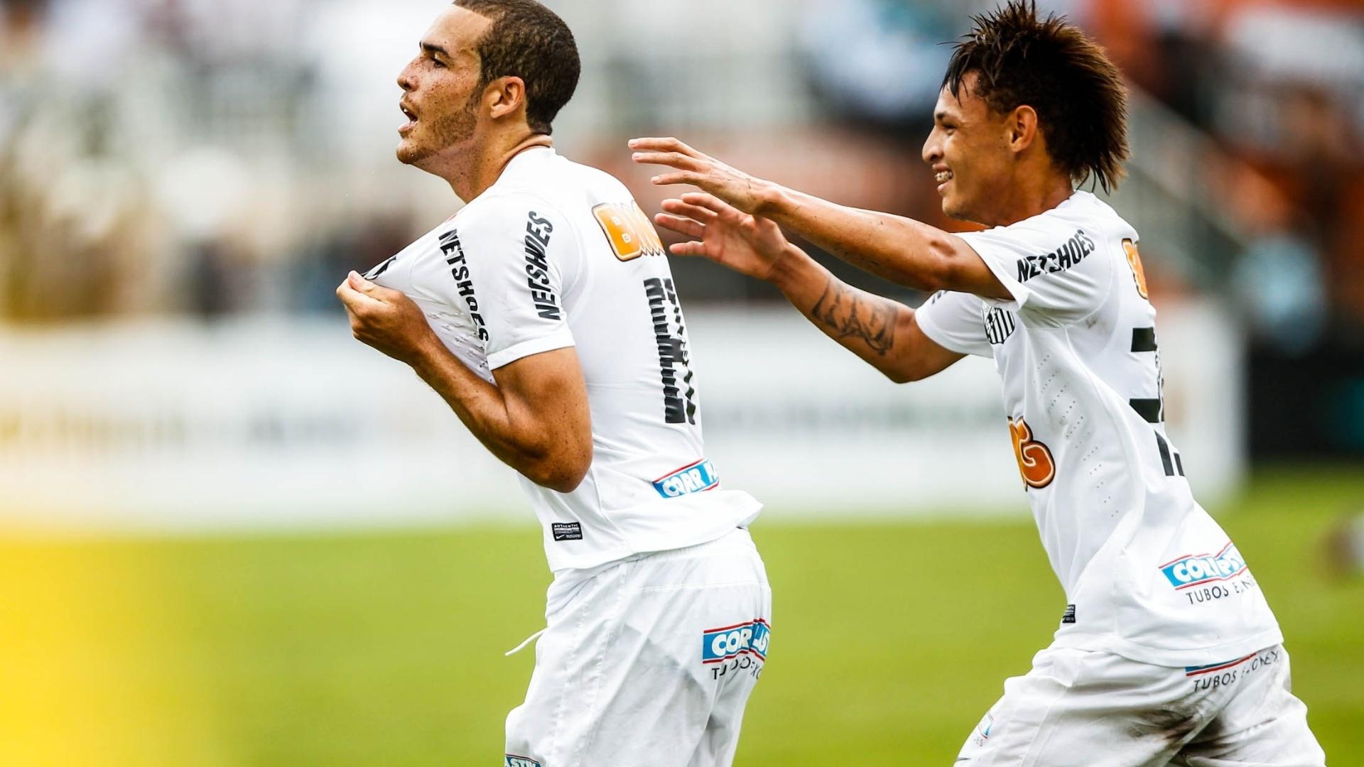 25.jan.2013 - Pedro Castro e Neílton, autores dos 2 primeiros gols do Santos, comemoram na decisão da Copa SP