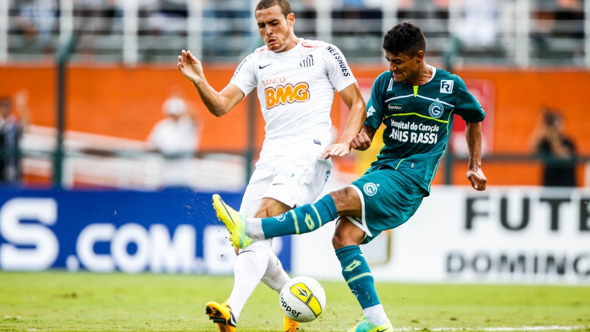 25.jan.2013 - Pedro Castro, que abriu o placar para o Santos de pênalti, tenta jogada na decisão da Copa SP