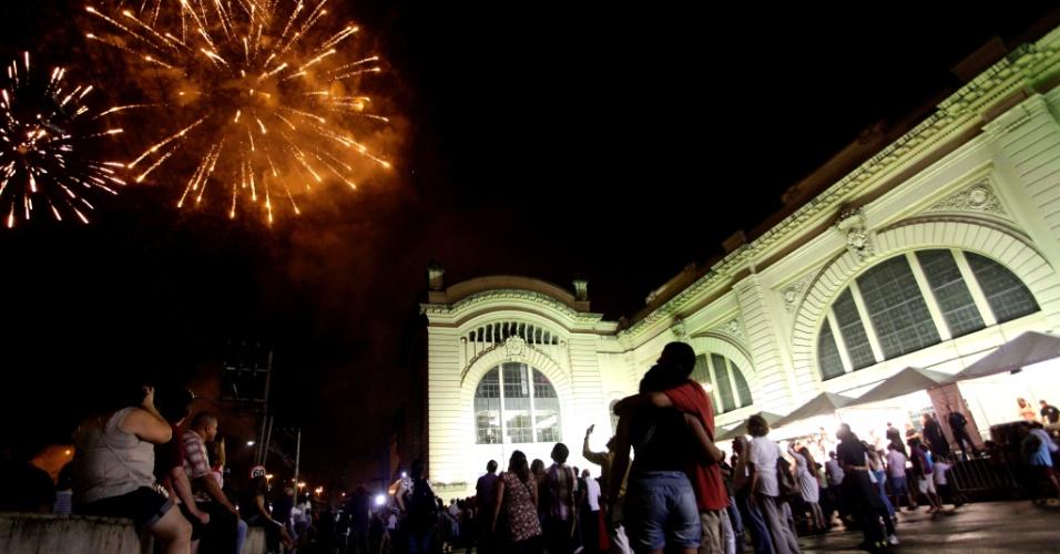 25.jan.2013 - Pessoas observam queima de fogos na festa de comemoração de 80 anos do Mercado Municipal de São Paulo, nesta madrugada. A festa contou ainda com apresentação da bateria da escola de samba X-9 Paulistana