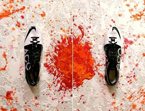 25.jan.2013 - Pintura com a chuteira do atacante Paolo Guerrero