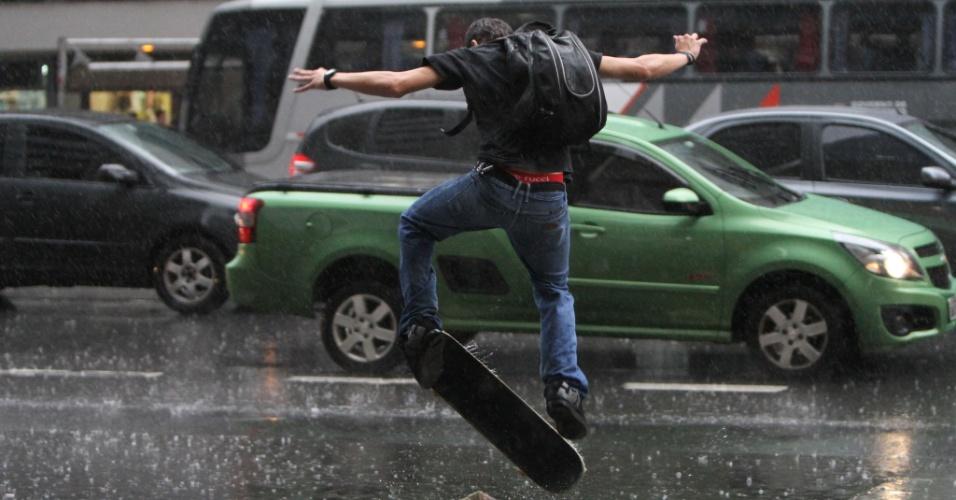 25.jan.2013 - Skatista enfrenta a chuva na avenida Paulista, centro de São Paulo, na tarde desta sexta-feira (25)