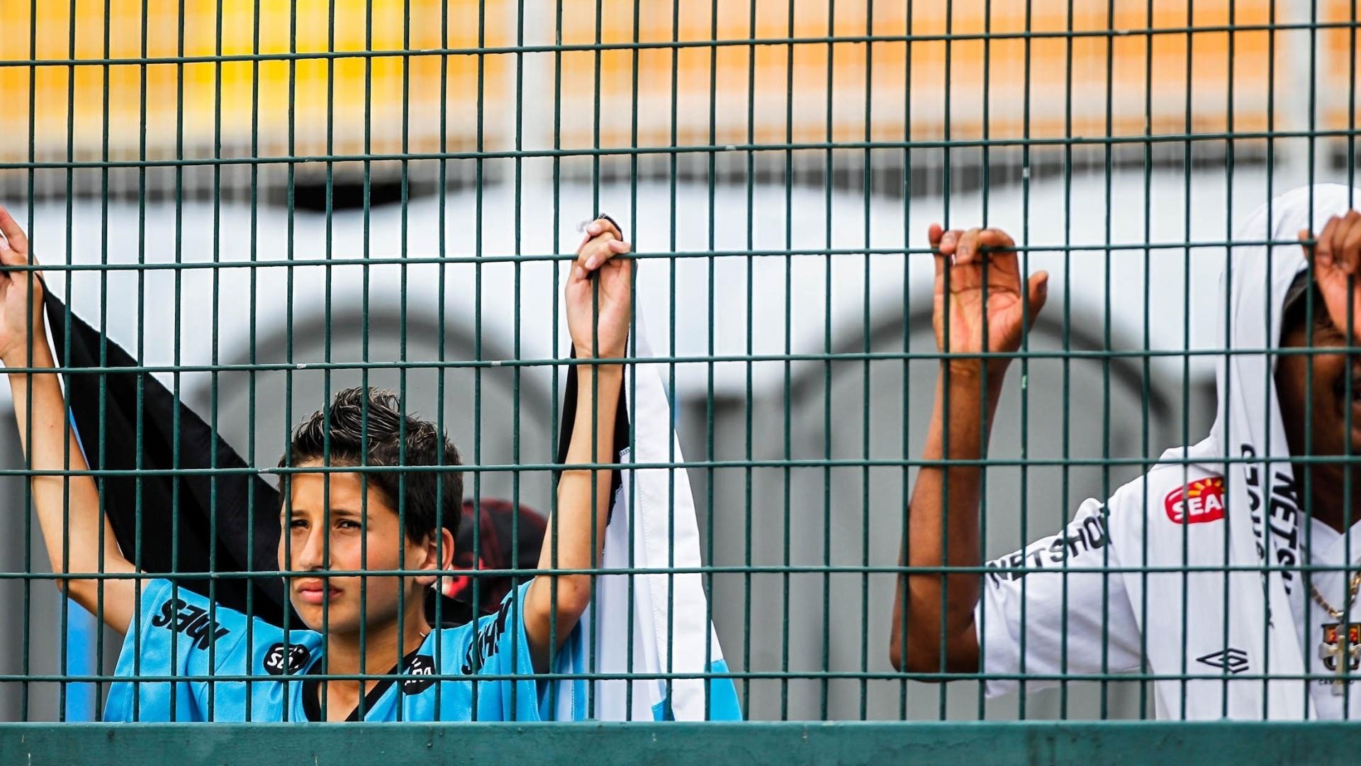 25.jan.2013 - Torcedor do Santos acompanha a final em alambrado no Pacaembu