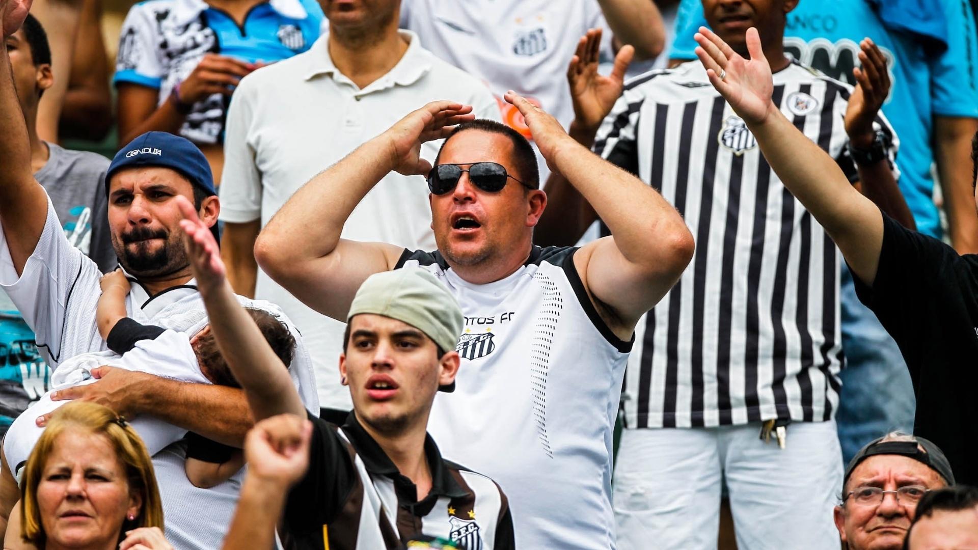 25.jan.2013 - Torcedor do Santos lamenta chance perdida pela equipe na final da Copa SP