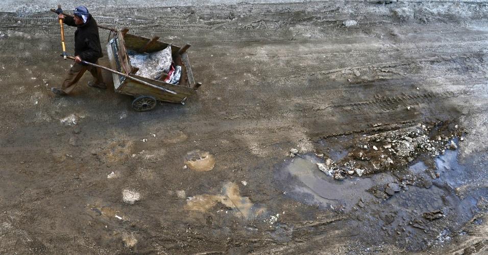 25.jan.2013 - Trabalhador afegão carrega uma carroça em rua de Cabul. Relatório da ONU afirma que mais de um terço das pessoas no Afeganistão vivem em pobreza extrema, enquanto governantes se preocupam mais com seus interesses que os da população