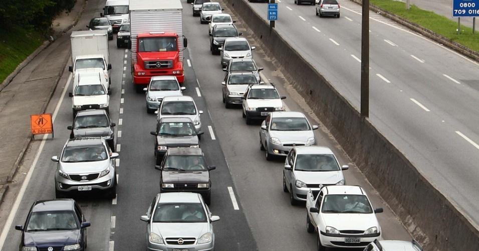 25.jan.2013 - Trânsito lento na rodovia Régis Bittencourt -- altura do km 275--, em Taboão da Serra (SP), sentido São Paulo