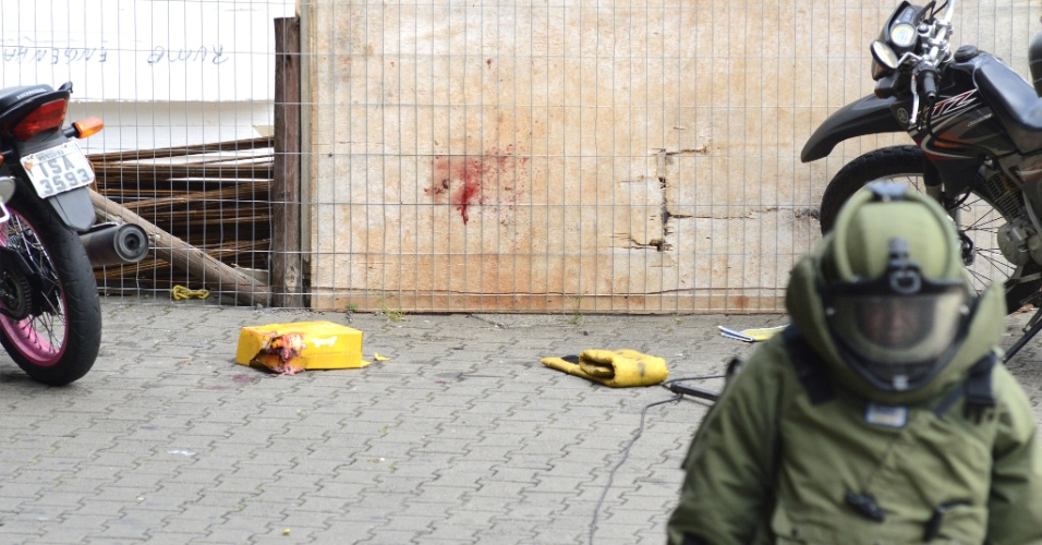 25.jan.2013 - Uma caixa suspeita deixada na área externa do Aeroporto Salgado Filho, em Porto Alegre (RS), causou tumulto no início desta sexta-feira. Suspeitando-se tratar de uma bomba, o Corpo de Bombeiros foi chamado e isolou o local. Em seguida foi acionado o Gate (Grupo de Ações Táticas Especiais) que detonou a caixa. Ao contrário do que se pensava, a embalagem não continha explosivos nem uma falsa bomba, mas um gato preto