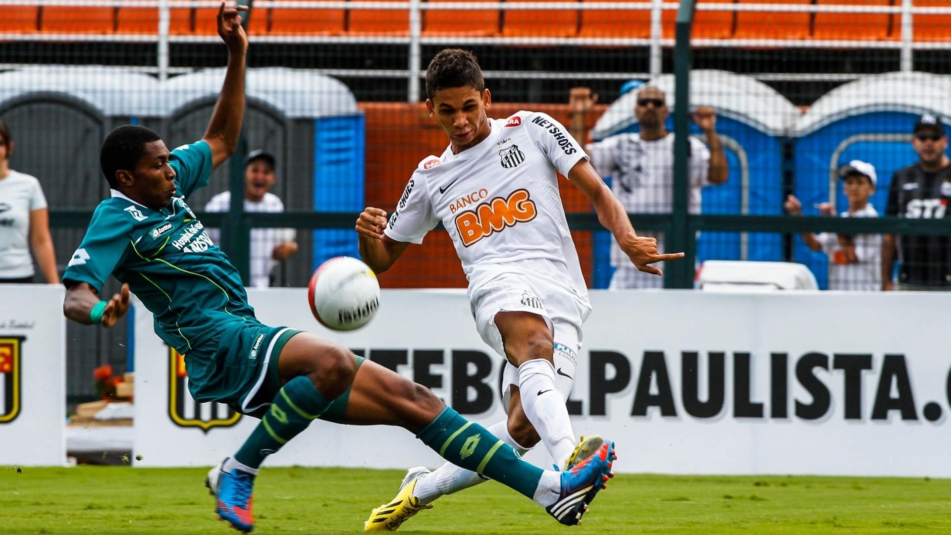 25.jan.2013 - Volante Leandrinho tenta jogada para o Santos na decisão da Copa SP 2013