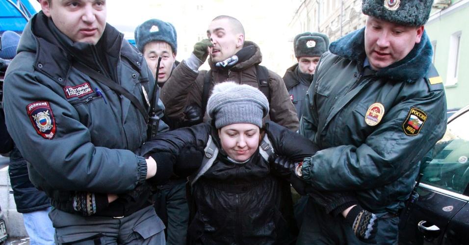 25.jan.2013- Ativista do movimento gay é detida durante protesto em frente à sede do ministério do Interior, em Moscou, na Rússia. A manifestação é contra o projeto de lei banindo qualquer tipo de propaganda homossexual apresentado na  Câmara Baixa russa, a Duma, no final de 2012, e que deve ser votado nos próximos dias