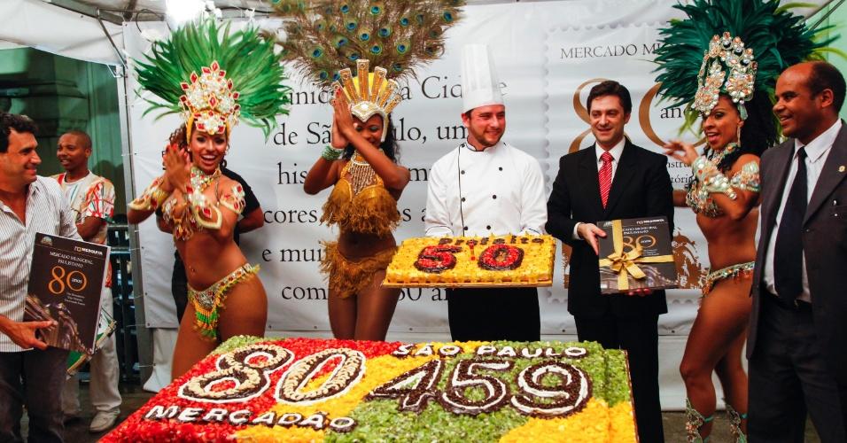 25.jan.2013- Bolo especial é apresentado no Mercado Municipal de São Paulo, no centro da cidade, para a festa de 80 anos do local, celebrados nesta sexta-feira. O anivesário do mercado coincide com o da capital paulista, que hoje completa 459 anos