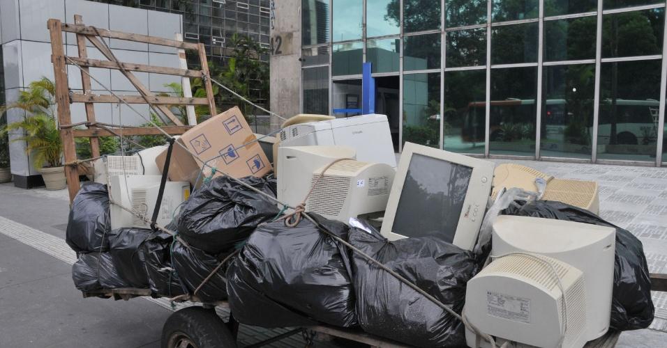 25.jan.2013- Carroça cheia de computadores é deixada em um trecho da avenida Paulista