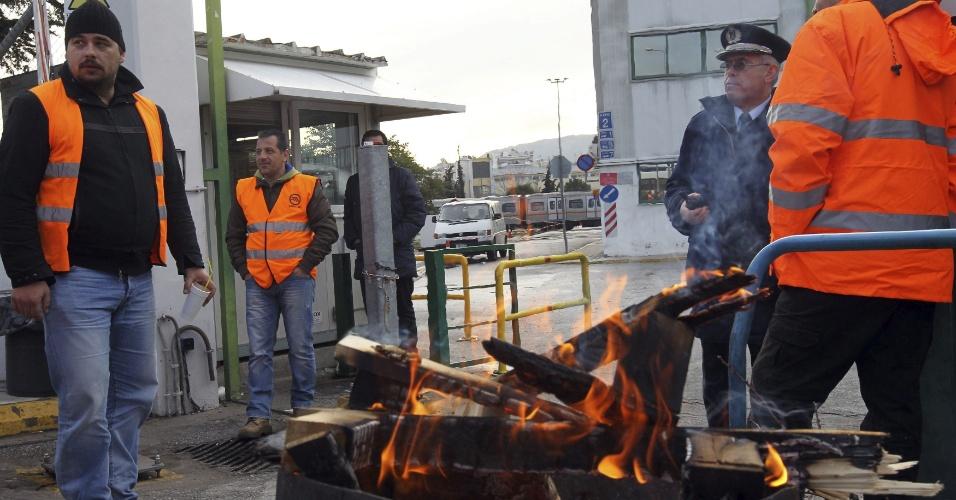 25.jan.2013- Funcionários do metrô de Atenas, na Grécia, reúnem-se em uma das garagens dos trens no 9º dia de greve por melhores salários
