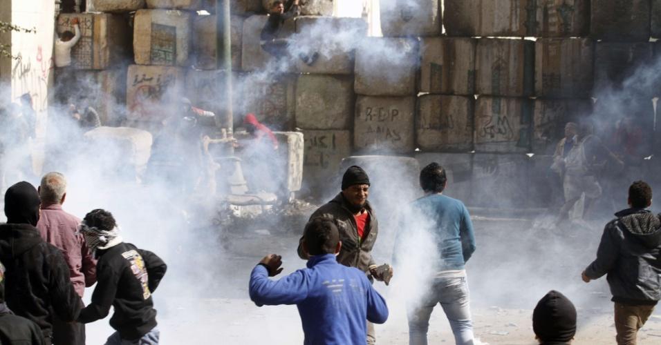25.jan.2013- Manifestantes entram em confronto com a polícia na praça Tahrir, no Cairo (Egito), em um ato para lembrar os dois anos da revolução popular que tirou o ex-presidente Hosni Mubarak do poder, no início de 2011, após 33 anos à frente do governo egípcio