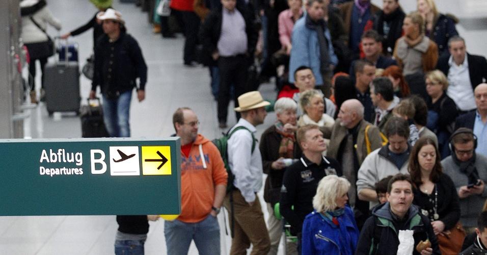 25.jan.2013- Passageiros esperam em fila no aeroporto de Duesseldorf, na Alemanha, em mais um dia de greve dos funcionários da segurança do aeroporto, que pedem aumento nos salários. A greve provocou atrasos e o cancelamento de mais de cem voos