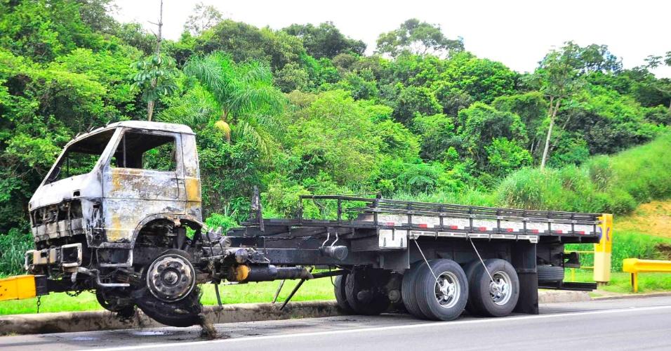 25.jan.2013- Um caminhão pegou fogo no km 188 da rodovia Presidente Dutra, no sentido Rio de Janeiro, provocando um grande congestionamento, que foi agravado por outro caminhão, após o veículo quebrar no km 192 na rodovia no mesmo sentido