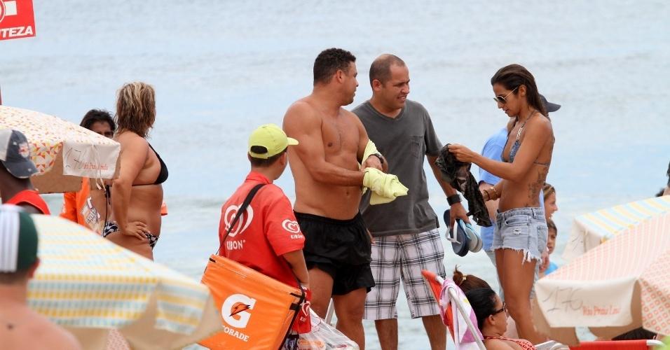 25.jan.2013 - Acompanhado da namorada, a DJ Paula Morais, Ronaldo curtiu praia no Leblon, zona sul do Rio. O ex-jogador se separou de Bia Antony no final de 2012 após sete anos de união