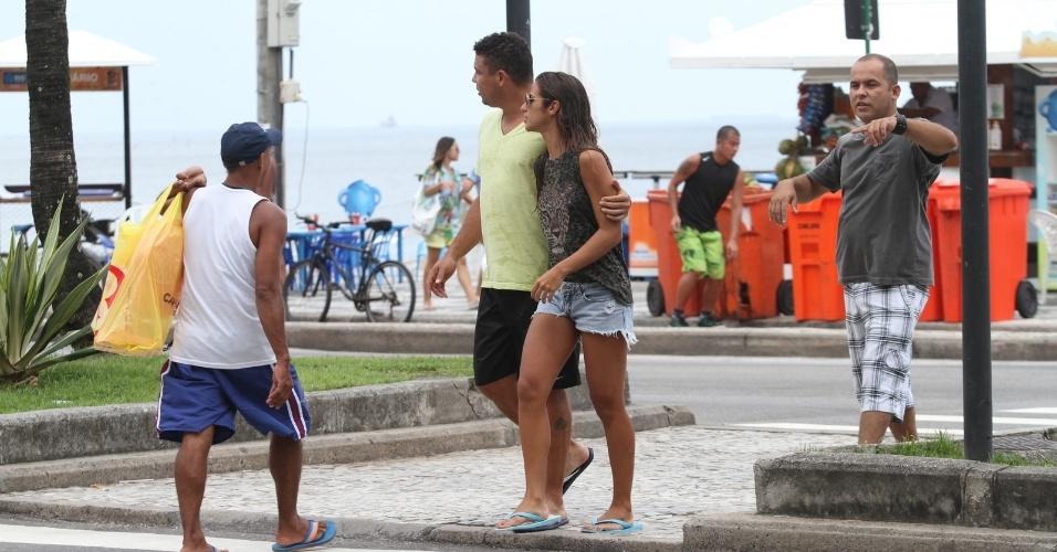 25.jan.2013 - Acompanhado da namorada, a DJ Paula Morais, Ronaldo deixou a praia do Leblon, zona sul do Rio. O ex-jogador se separou de Bia Antony no final de 2012 após sete anos de união