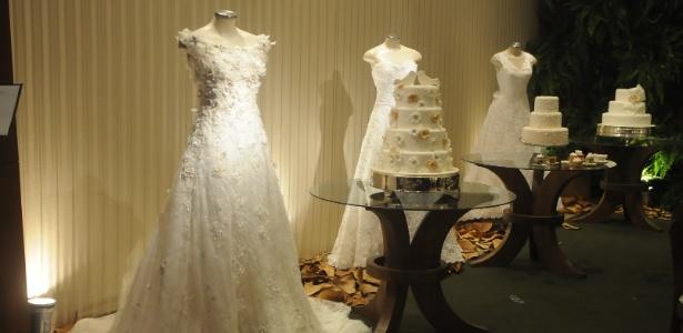 A empresa Ana Salinas Bolos Decorados & Personalizados reproduziu as referências dos vestidos assinados pela estilista Heloísa Albuquerque em bolos. Entre elas, flores, rendas e laço feitos em açúcar - Divulgação