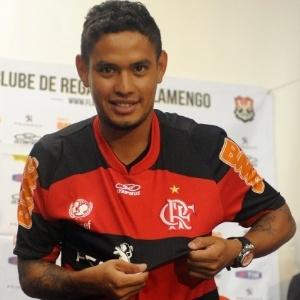 Carlos Eduardo mostra escudo do Flamengo durante apresentação na Gávea