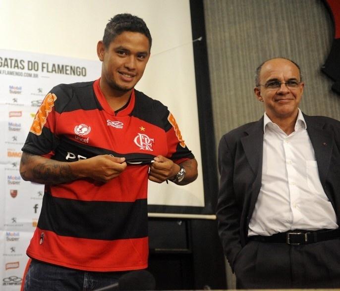 Carlos Eduardo posa ao lado do presidente do Flamengo durante apresentação ao clube