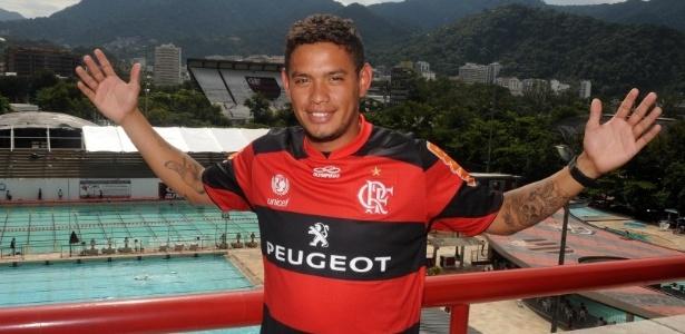 Carlos Eduardo posa com a camisa do Flamengo na Gávea, antes de apresentação oficial