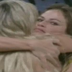 Natália e Fernanda se abraçam depois de esclarecer mal-entendido