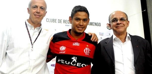 Bandeira apresenta Carlos Eduardo com a camisa da Peugeot; duas novidades em 1 mês