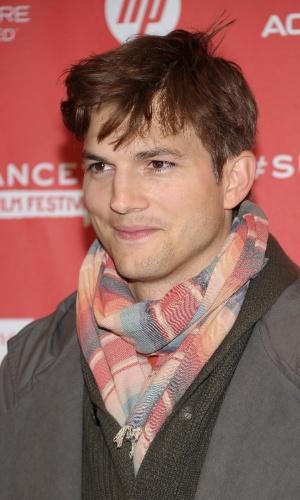 """22.jan.2013 - Ashton Kutcher chega a pré-estreia do filme """"jOBS"""", em que interpreta Steve Jobs"""