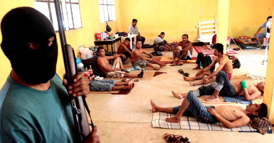 25.jan.2013 - Grupo de 27 pessoas detidas por residentes de Ayutla de los Libres, no centro-sul do México, são mantidos sob custódia dentro de uma casa. Centenas de civis armados com rifles, pistolas e facões formaram grupos de vigilância para oferecer segurança às comunidades de Tecoanapa e de Ayutla de los Libres. As cidades são localizadas no Estado de Guerrero, que abriga o balneário de Acapulco, e que tem sido um dos estados mais atingidos pela violência das drogas no México