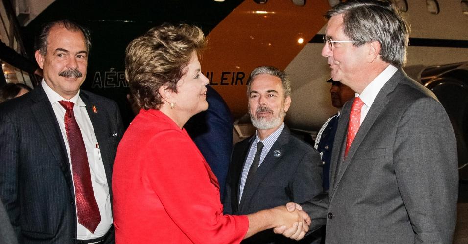 25.jan.2013 - Presidente Dilma Rousseff é cumprimentada durante chegada a Santiago, no Chile, para participar da cúpula de chefes de Estado e de governo da Comunidade de Estados Latino-americanos e Caribenhos (Celac) e da União Europeia (UE)