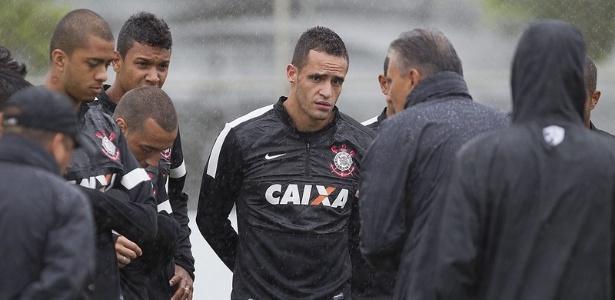 26.01.2013 - Renato Augusto, meia do Corinthians, ouve com atenção o discurso do técnico Tite, em treino no CT Joaquim Grava