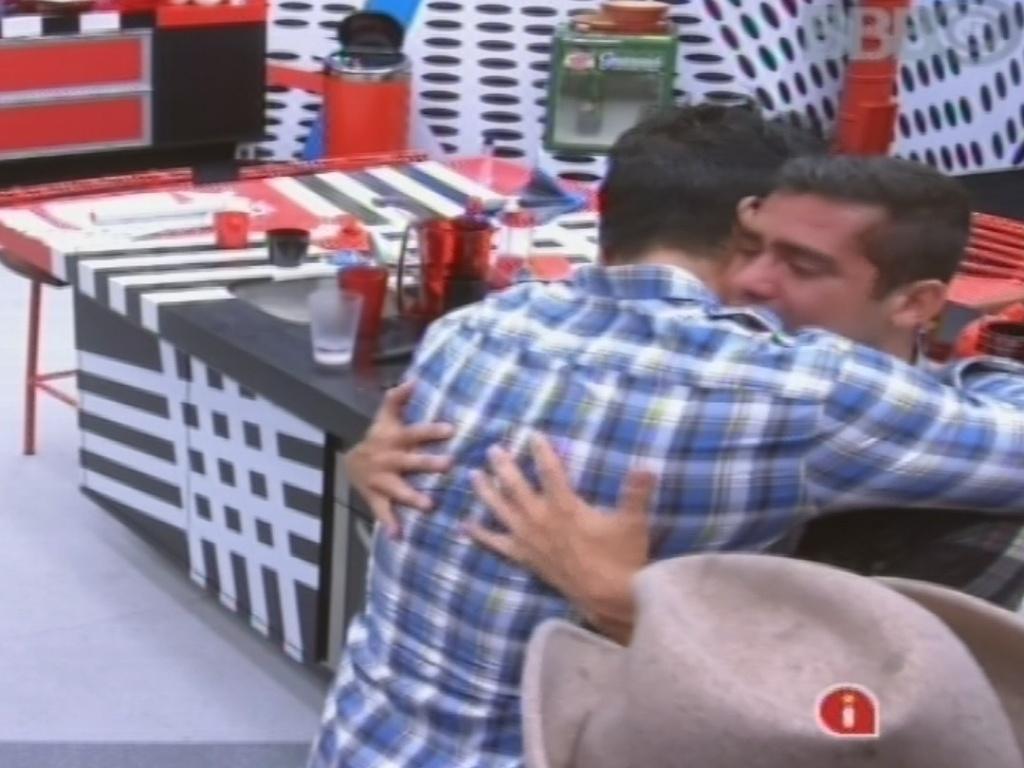 26.jan.2013 - Achando que Anamara foi eliminada, Yuri chora na cozinha e é consolado por Marcello