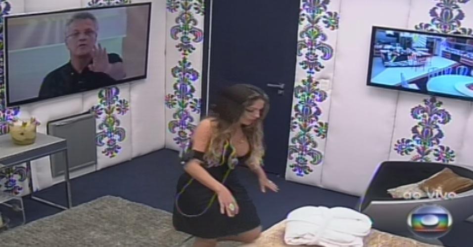 26.jan.2013 - Anamara chega ao quarto onde ficará até voltar como líder no domingo