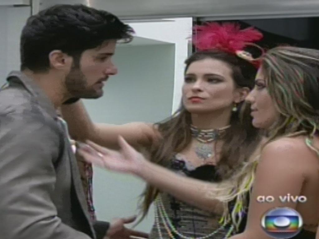 26.jan.2013 - Anamara se despede de Marcello ao achar que foi eliminada. A baiana retornará como líder no domingo