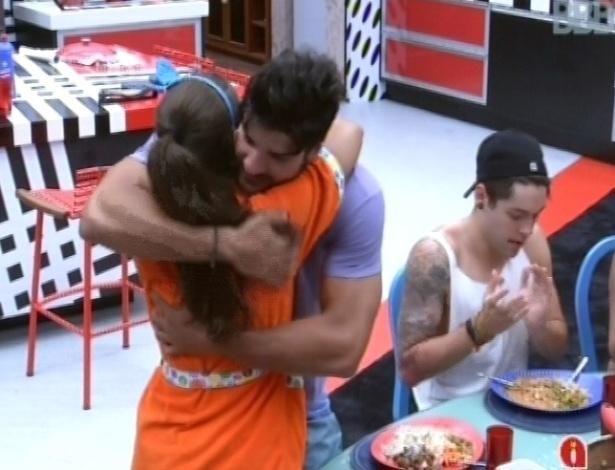 26.jan.2013 - Andressa e Marcello se abraçam, reconciliados depois de desentendimento