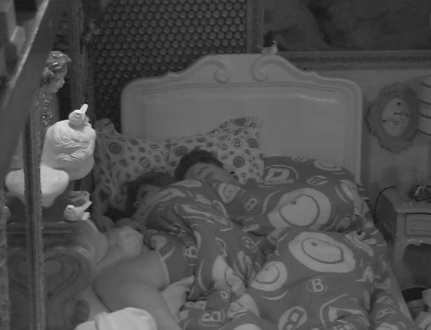 26.jan.2013 - Andressa e Nasser dormem abraçados após trocarem beijos em frente às câmeras no quarto brechó