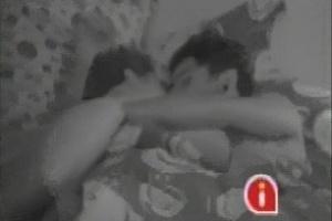 26.jan.2013 - Andressa e Nasser trocam beijos em frente às câmeras no quarto brechó