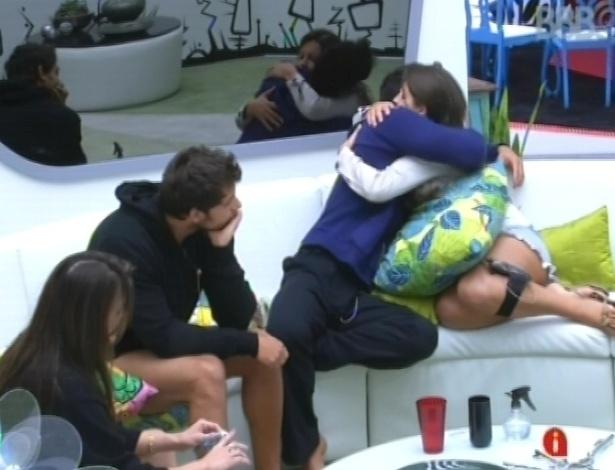 26.jan.2013 - Andressa pede desculpas para Marcello sobre tê-lo colocado no paredão surpresa (que é falso) e os dois se abraçam