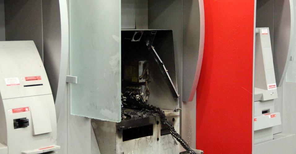 26.jan.2013 - Bandidos incendeiam caixa eletrônico em agência bancária na avenida Nova Cantareira, no bairro do Tucuruvi, em São Paulo. Equipes dos Bombeiros foram acionadas para controlar as chamas. Ninguém foi preso