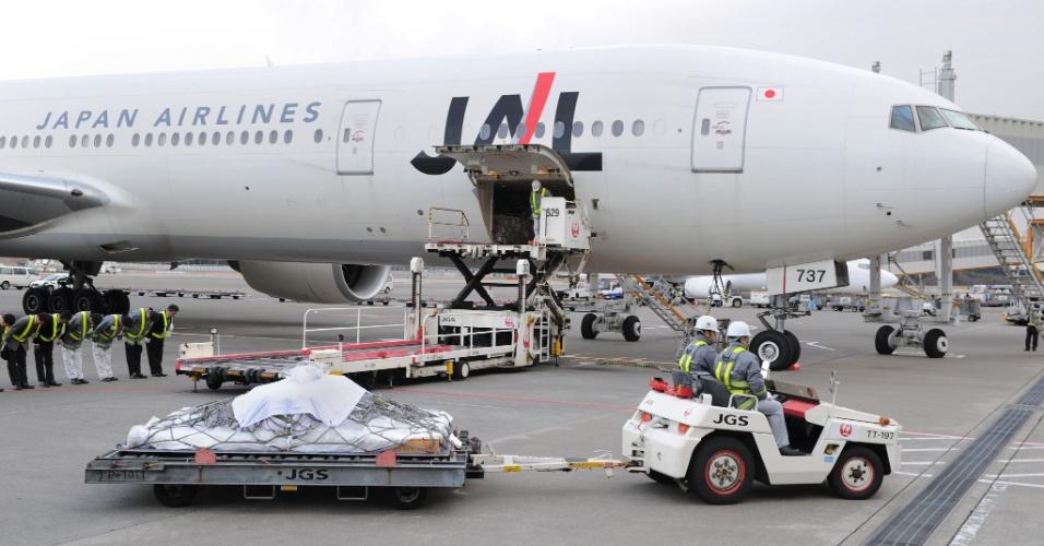 26.jan.2013 - Caixão com o corpo de vítima japonesa morta na Argélia por um grupo islamita armado que invadiu o campo de gás no deserto chega ao aeroporto de Narita, em Tóquio
