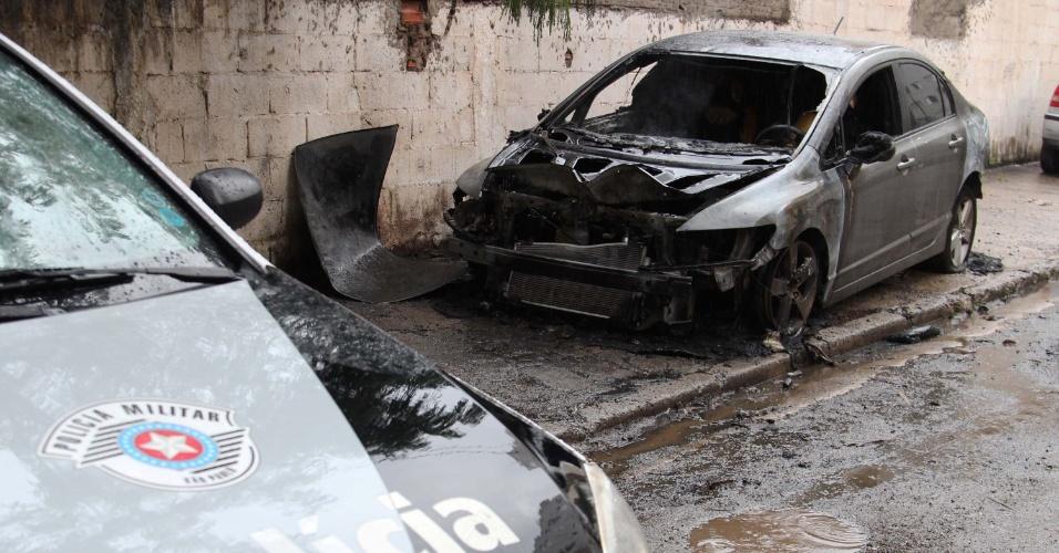 26.jan.2013 - Carro pega fogo na região de Pirituba, zona norte de São Paulo. Segundo um morador, houve uma explosão por volta das 6h. A polícia investiga se o veículo era roubado