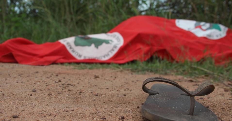 26.jan.2013 - Corpo de um dos coordenadores do Movimento dos Trabalhadores Sem Terra no município de Campos dos Goytacazes (RJ) é encontrado numa estrada vicinal, próximo à Usina Cambaíba, na manhã deste sábado (26). Cícero Guedes, de aproximadamente 50 anos, teria saído do acampamento Luiz Maranhão, localizado na sede da antiga usina, na tarde de sexta-feira (25) e não foi visto novamente pelos integrantes do movimento