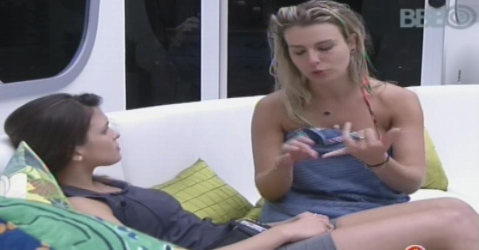 26.jan.2013 - Fernanda conversa com Kamilla após formação do paredão surpresa