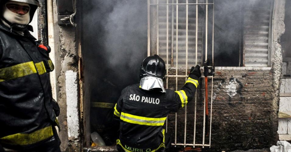 26.jan.2013 - Incêndio ocorre em residência da favela da Brasilândia, em São Paulo (SP), neste sábado (26). Não há informações sobre feridos