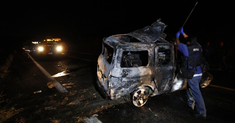 26.jan.2013 - Investigadores inspecionam veículo destruído em Magdalena, no Estado mexicano de Jalisco