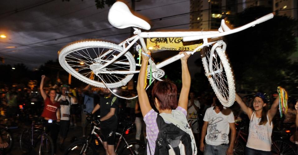 26.jan.2013 - Manifestantes colocam uma bicicleta branca na avenida Cristóvão Colombo, em Porto Alegre, em homenagem a um ciclista atropelado na madrugada do último dia 12