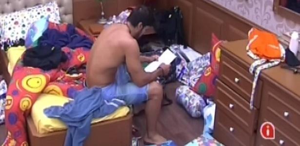 26.jan.2013 - Marcello chora ao reler a carta que recebeu de sua irmã quando conquistou o anjo, no último sábado