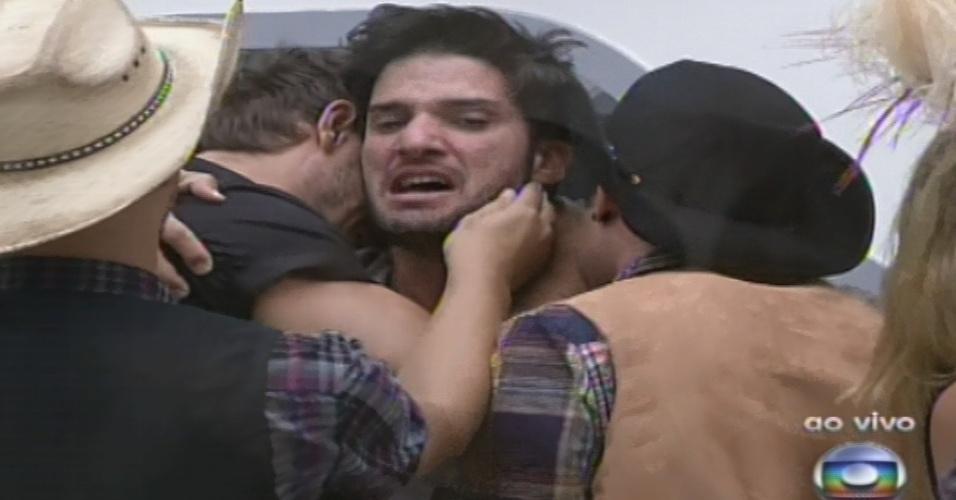 26.jan.2013 - Marcello comemora a suposta permanência contra Anamara. A baiana retornará como líder no domingo
