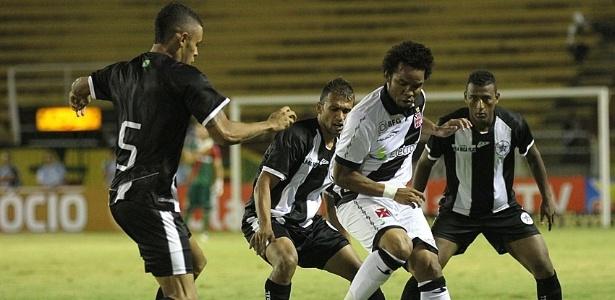 26.jan.2013 - Meia Carlos Alberto, do Vasco, é cercado por três adversários do Resende, em jogo válido pela terceira rodada do Estadual do Rio