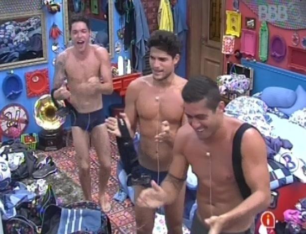 26.jan.2013 - Nasser, André e Yuri acordam Ivan cantando