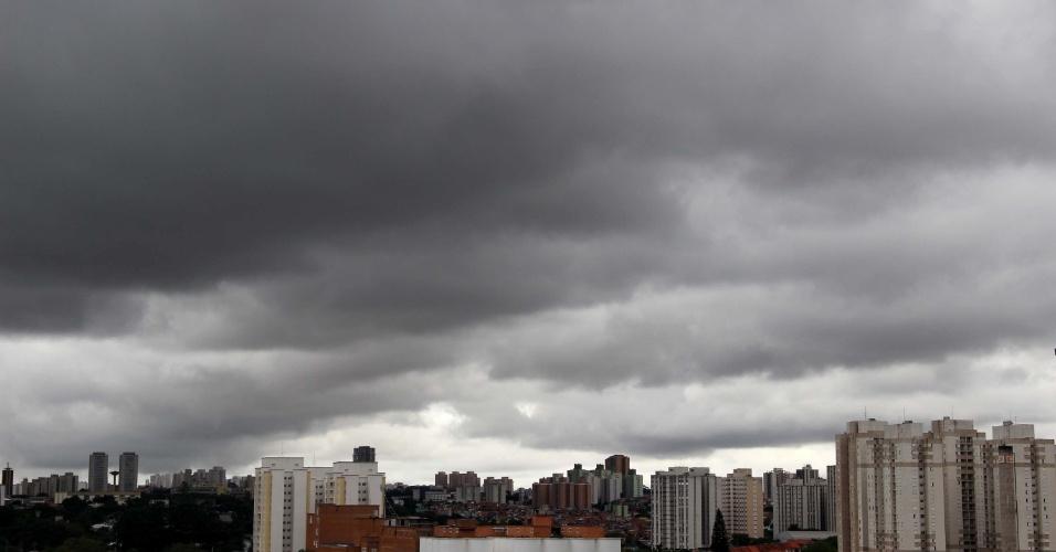 26.jan.2013 - Nuvens carregadas encobrem região da Cidade Universitária, vista do bairro do Jaguaré, zona oeste de São Paulo (SP), na tarde deste sábado (26)